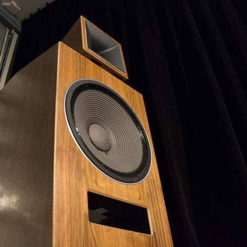 Een forse Blumenhofer-luidspreker in de luisterruimte van STS
