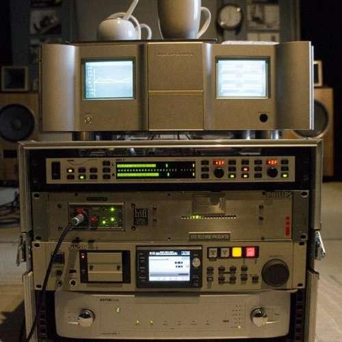 De bewerkingsapparatuur die STS Digital onder meer gebruikt.