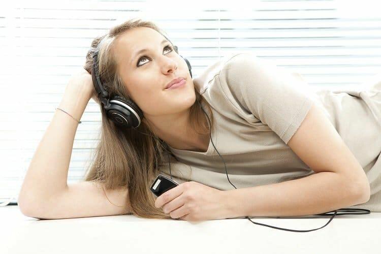 Mooie vrouw luistert naar muziek