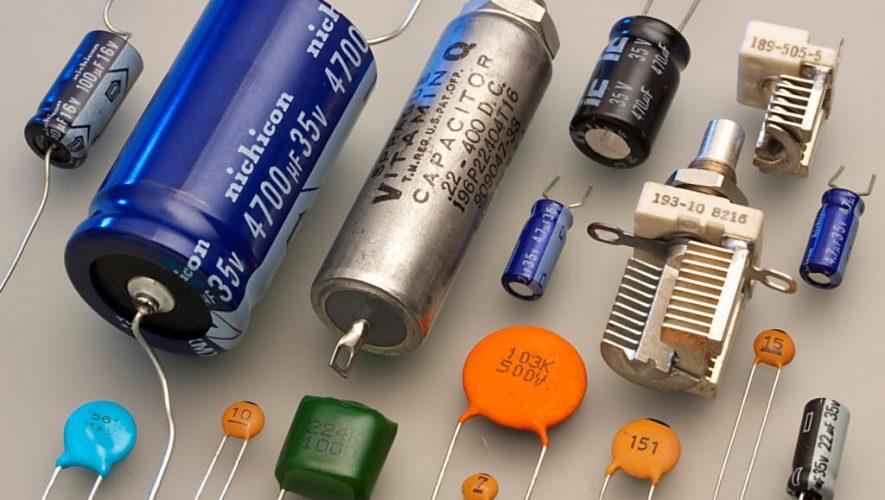 De condensator in diverse uitvoeringen en maten (bron afbeelding: https://commons.wikimedia.org/wiki/File:Capacitors_(7189597135).jpg)