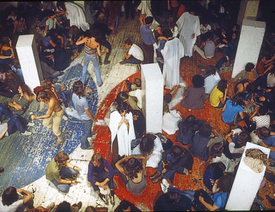 De tentoonstelling 50 Jaar Paradiso in het Amsterdam Museum toont unieke tijdsbeelden, zoals te zien op deze foto uit 1971 van Adri Hazevoet met daarop de Hippiezaal in 1971