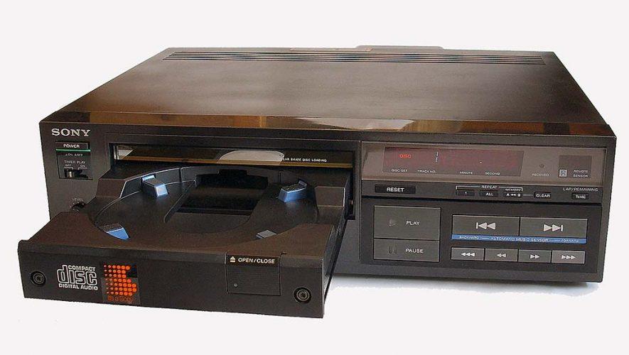 De eerste op de markt verschenen cd-speler: de Sony CDP101a (bron afbeelding: https://nl.m.wikipedia.org/wiki/Bestand:CDP101a.jpg)