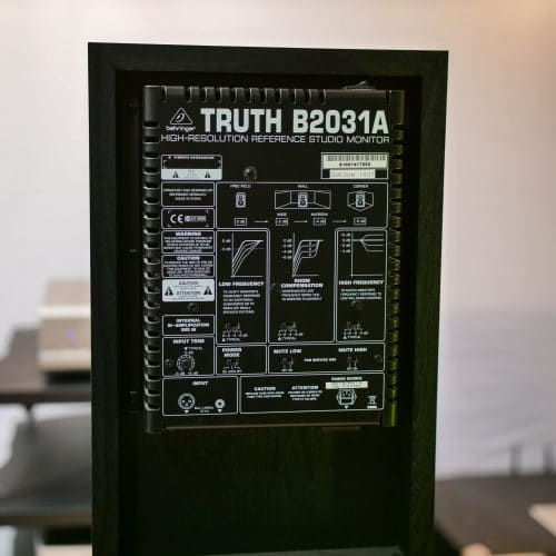 Behringer Truth B2031A